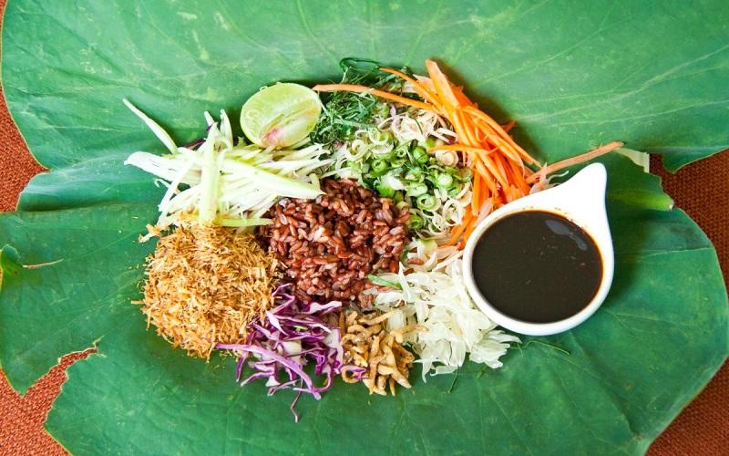Khao yam - món cơm trộn với nước sốt budu của Thái