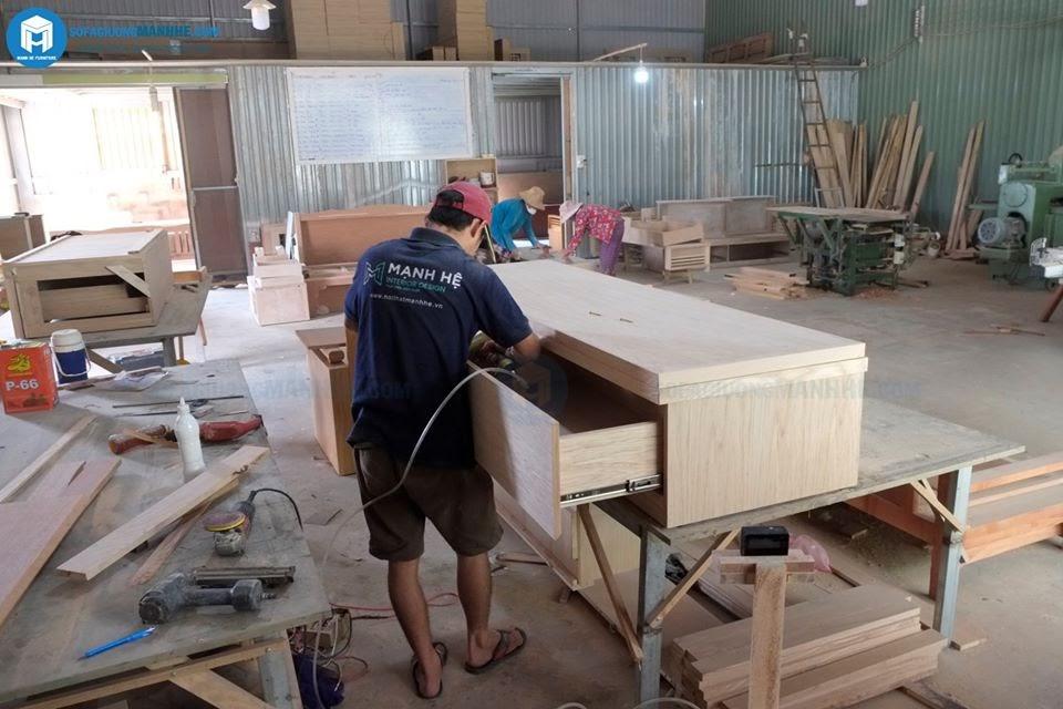 Nhân viên Sofa giường Mạnh Hệ đang sản xuất ở xưởng
