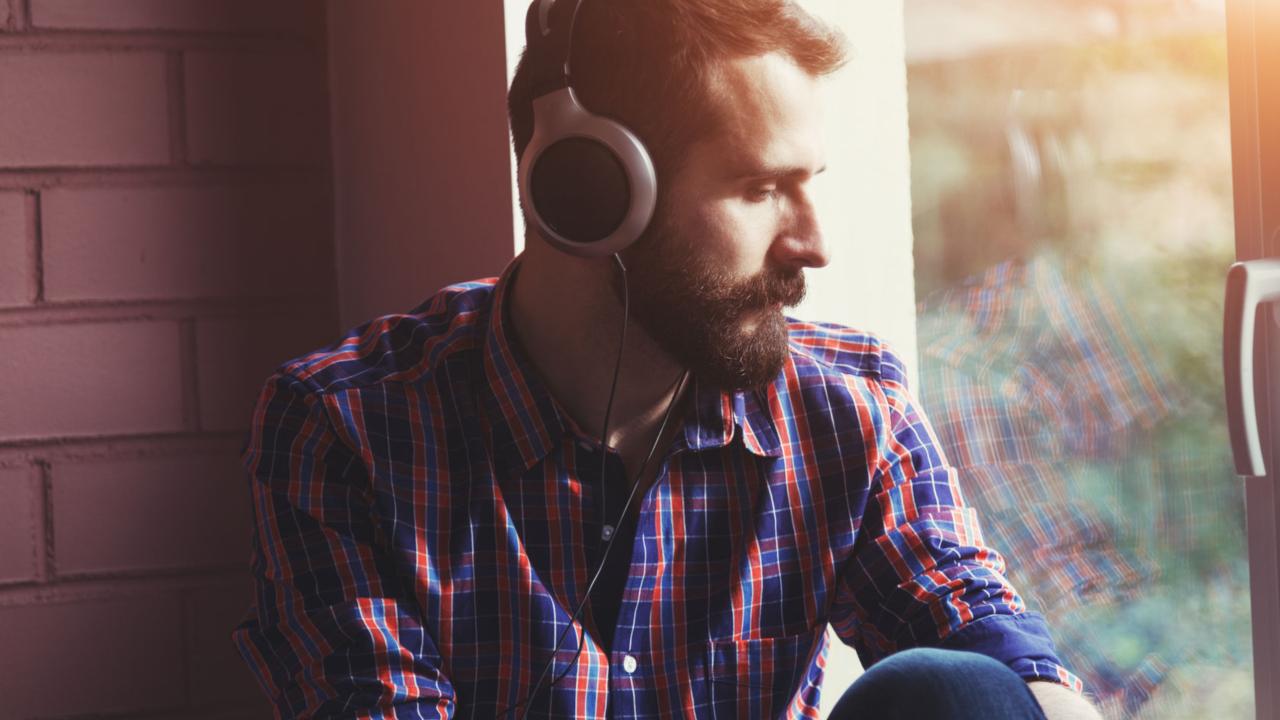 Vì sao khi chán nản ta lại thích nghe nhạc buồn? | ELLE Man Việt Nam